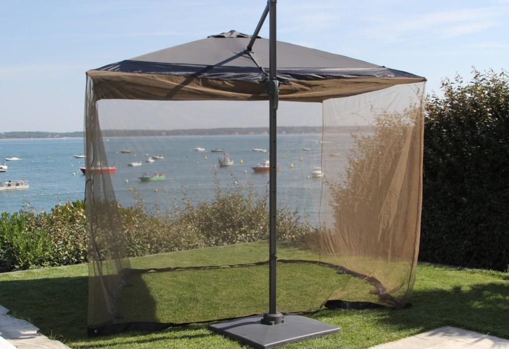 Se protéger des insectes en terrasse moustiquaire pour parasol déporté