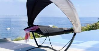 mobilier d'extérieur pour la piscine : hamac avec ombrelle