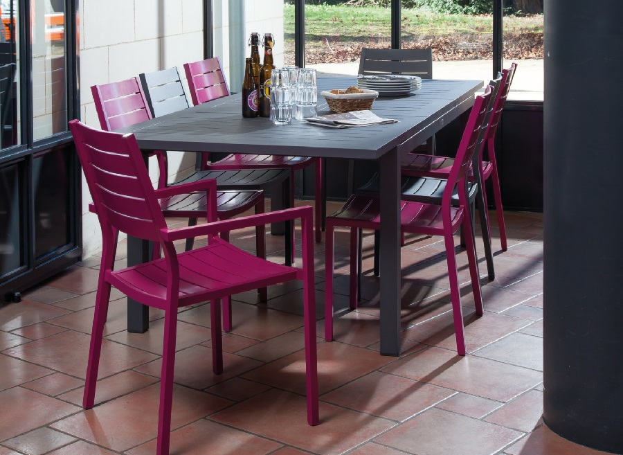 Des qualités des meubles d'extérieur table turin