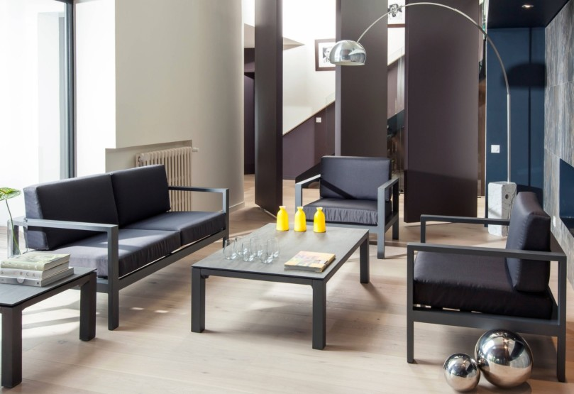 Salon d'intérieur contemporain canapé fauteuil table basse castille