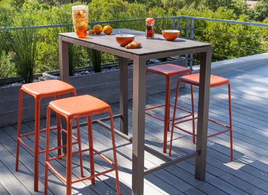 mobilier pour les pièces à vivre table mange-debout stonéo et tabourets hauts azuro