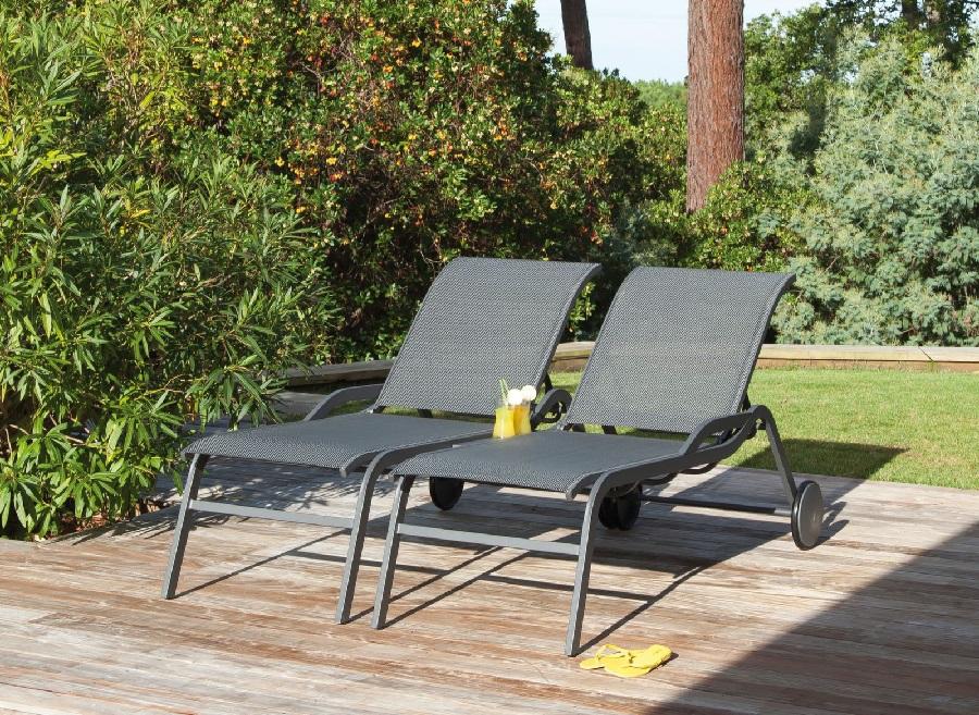 nouveau salon la terrasse avec des lits de soleil Majesty