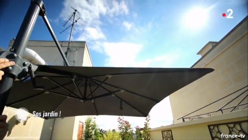 Un parasol déporté toile ouverte Proloisirs sur france 2